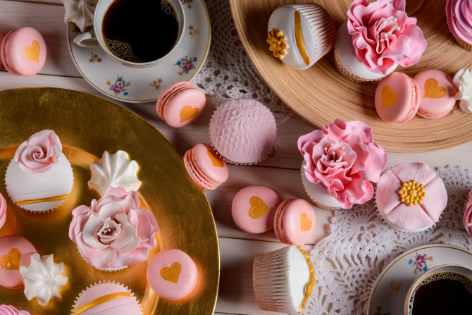 cupcakes and macarons feature