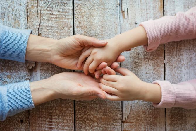 mum daughter child parent hands_feature