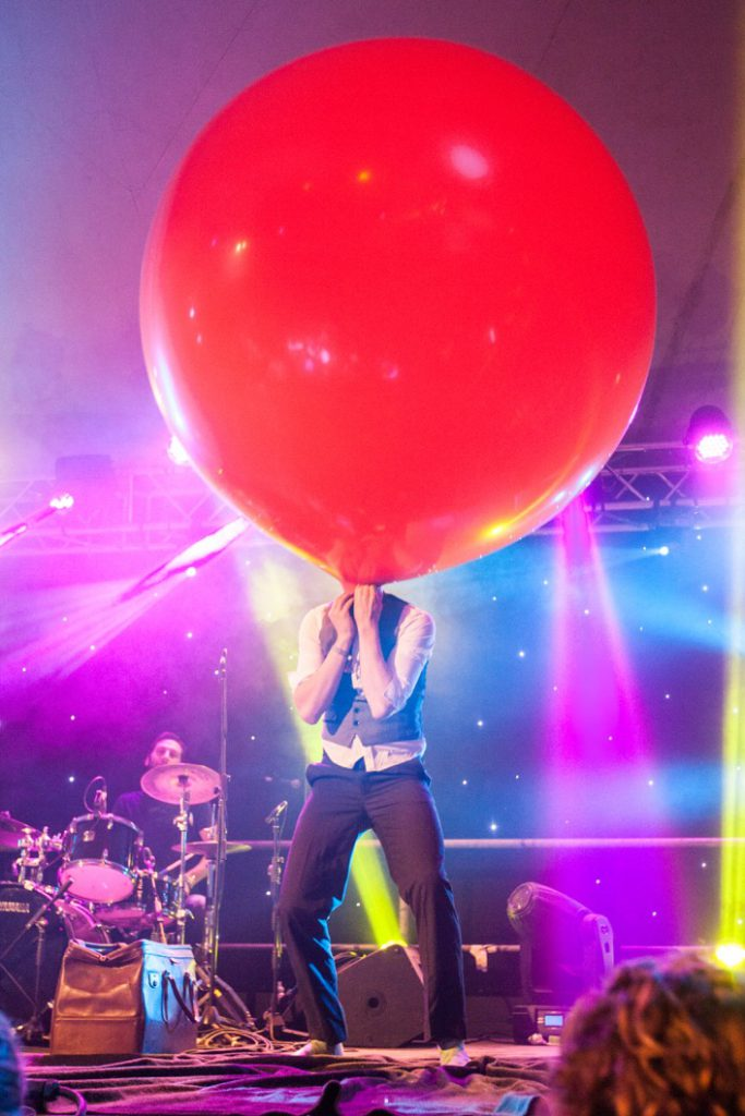 Artist_with_Giant_Balloon